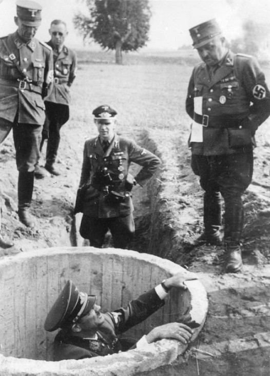 Gauleiter Erich Koch bei der Inspektion von Bunkern; Bildergalerie Ostfront 1945