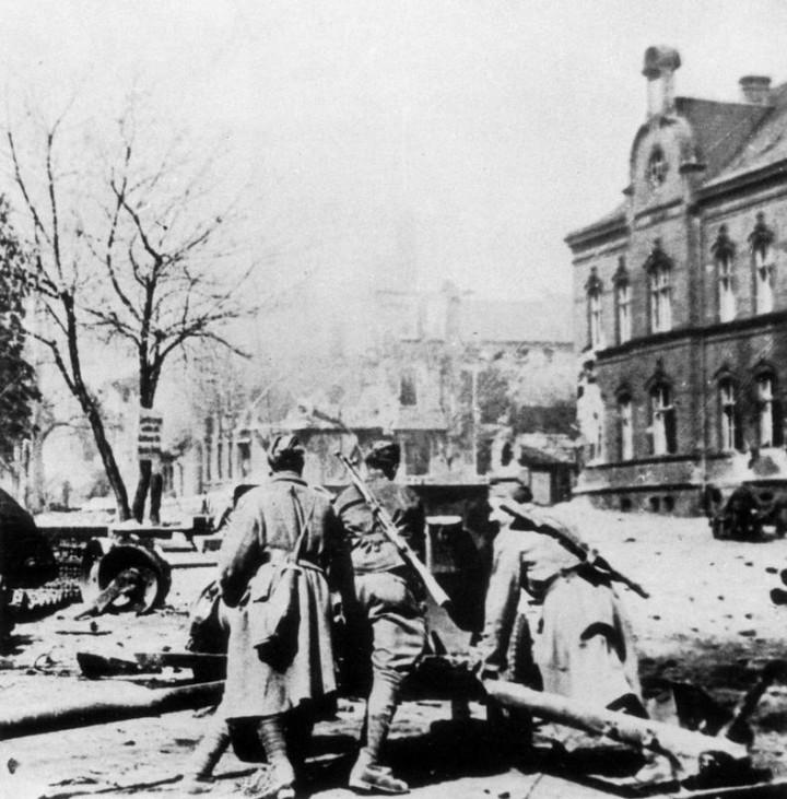 Sowjetische Soldaten beim Kampf in Schlesien, 1945; Bildergalerie Ostfront 1945