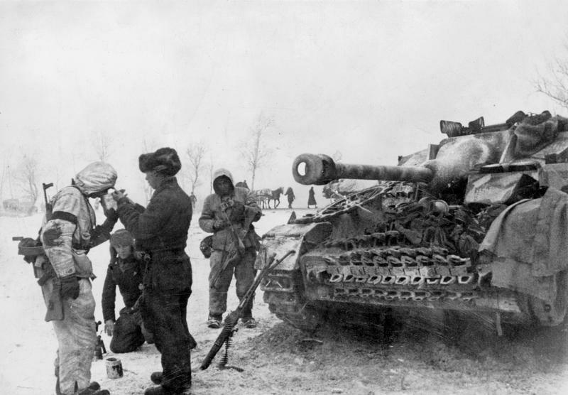 Deutsche Soldaten bei Abwehrkämpfen an der Ostfront, 1945; Bildergalerie Ostfront 1945