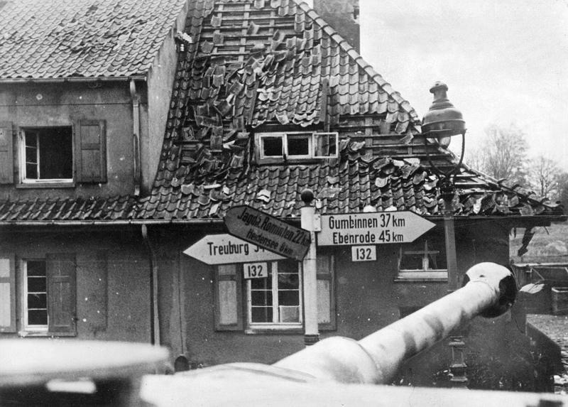 Deutscher Panzer im ostpreußischen Goldap, 1944; Bildergalerie Ostfront 1945