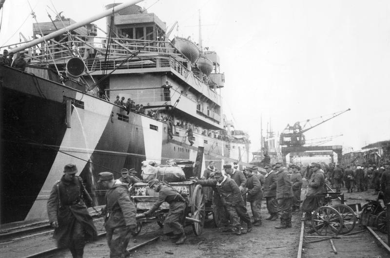 Entladen deutscher Einheiten in Gotenhafen, 1945; Bildergalerie Ostfront 1945