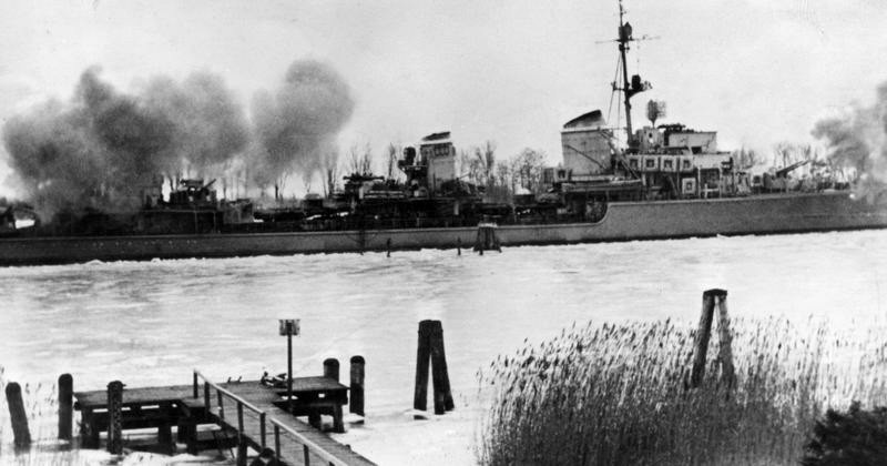 Deutsches Kriegsschiff während der Kämpfe in Ostpreußen, 1945; Bildergalerie Ostfront 1945