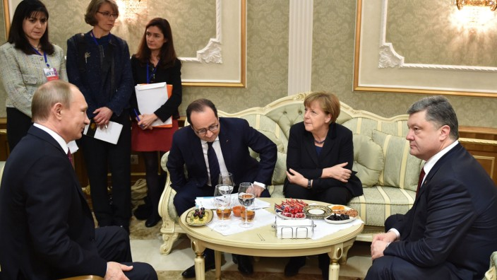 Krieg in der Ukraine: In einer Marathon-Sitzung hatten Russlands Präsident Putin, Frankreichs Präsident Hollande, Kanzlerin Merkel und der ukrainische Präsident Poroschenko am 12. Februar in Minsk einen Friedensplan für die Ostukraine erarbeitet.