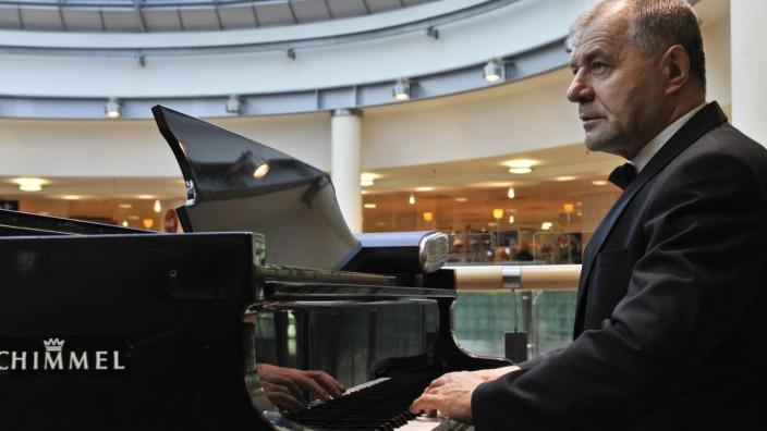 Filiale am Münchner Hauptbahnhof: Unter dem Glasdach von Karstadt am Bahnhof hat Vinko Hiti regelmäßig gespielt, dreimal die Woche. Bis zu seiner Kündigung.