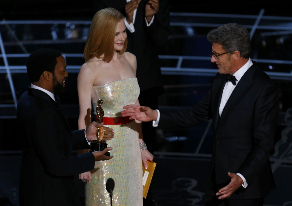 Actors Chiwetel Ejiofar (L) and Nicole Kidman present director Pawel Pawlikowski (R) with the Oscar for his foreign language film 'Ida' at the 87th Academy Awards in Hollywood, California