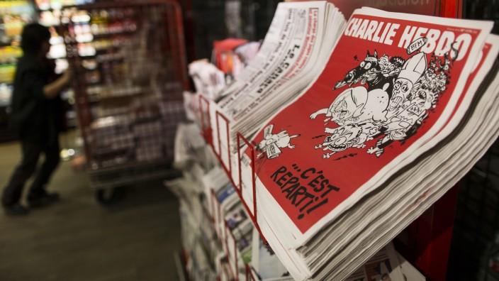"""Die neue Ausgabe von """"Charlie Hebdo"""" liegt in einem Kiosk in Paris aus."""