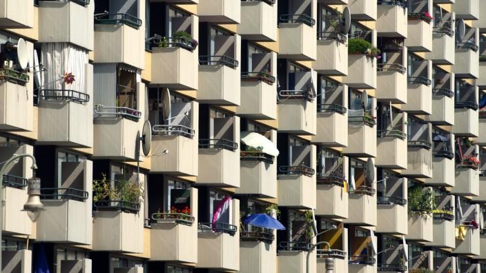 Plattenbau ARCHIV - Zahlreiche Sonnenschirme und Satellitenschüsseln zieren Balkone eines Plattenbaus in Berlin, aufgenommen am 20.08.2012. Foto: Sebastian Kahnert/dpa (zu: 'Wohntrends und Mietpreise