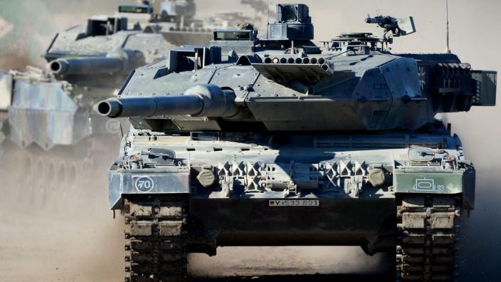 """Kampfpanzer Leopard ARCHIV - Der Kampfpanzer ´Leopard 2 A6"""" ist am 02.10.2013 während der Bundeswehrübung Landoperationen in Bergen (Niedersachsen) im Einsatz. Foto: Peter Steffen/dpa (zu dpa 'Gabriel"""