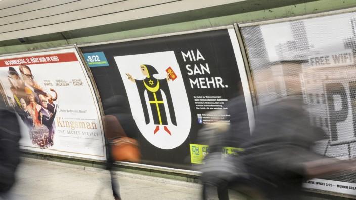 """Mia san mehr"""". Das wäre jetzt das Großplakat am Odeonsplatz."""