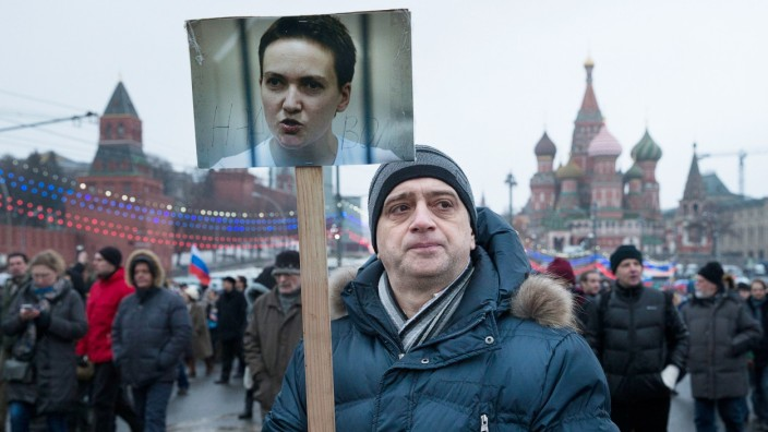 Inhaftierte Pilotin in Russland: Ein Teilnehmer des Gedenkmarsches für den ermordeten Boris Nemzow in Moskau fordert die Freilassung von Nadija (Nadeschda) Sawtschenko.