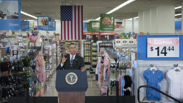 Walmart: Obama hätte den Mindestlohn schon längst erhöhen wollen, setzte sich aber nicht durch. 2014 stattete er Walmart in Mountain View einen Besuch ab.