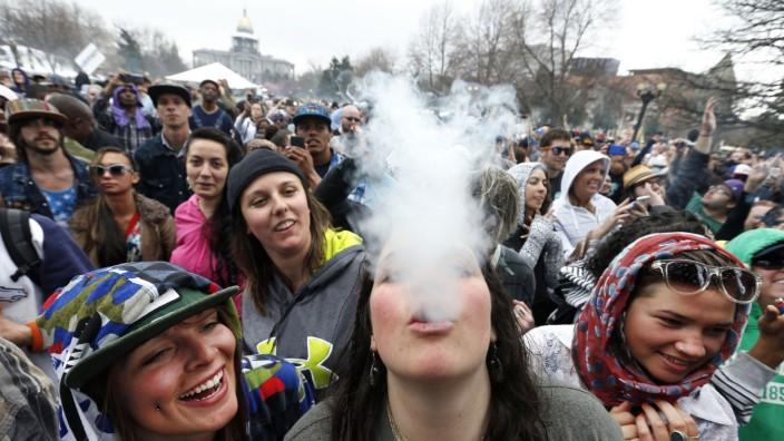 Kiffer-Tourismus: Jedes Jahr feiern Marihuana-Freunde am 20. April überall in den USA große Parties. Seit der Legalisierung kommen immer mehr Touristen nach Denver in Colorado.