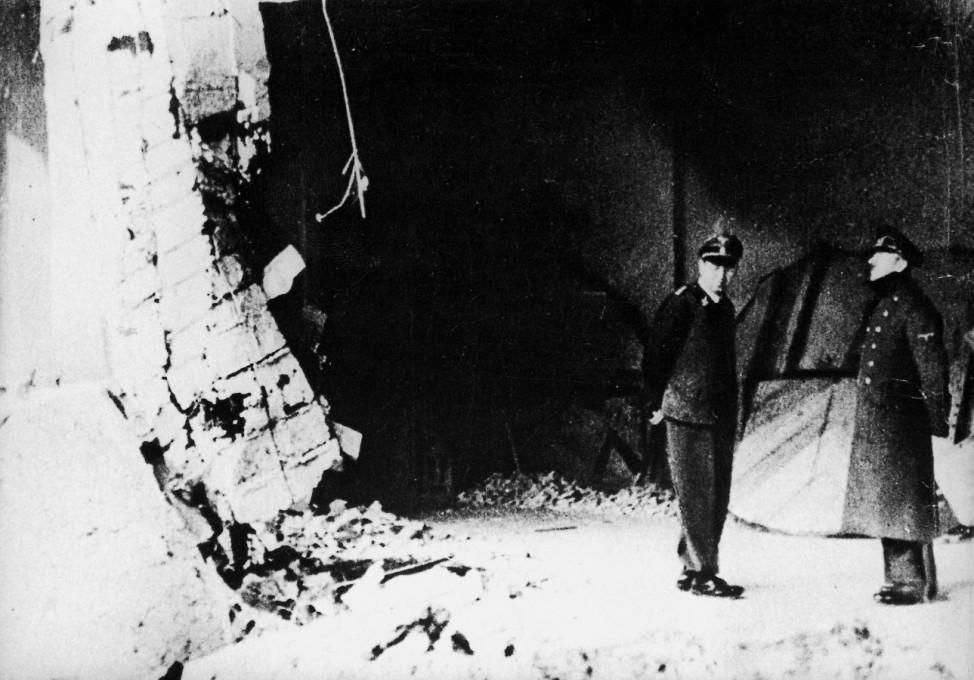Adolf Hitler und Julius Schaub in der Reichskanzlei, 1945