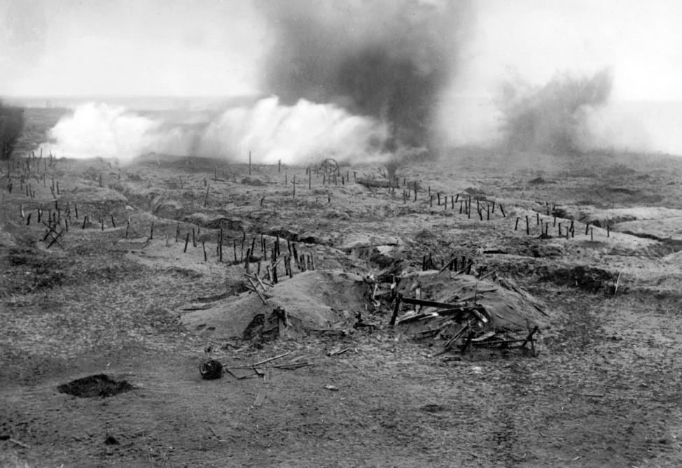 Gräben an der Westront im 1. Weltkrieg werden beschossen