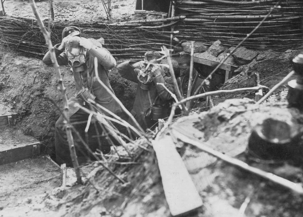 Deutsche Soldaten bei Gasalarm, 1917