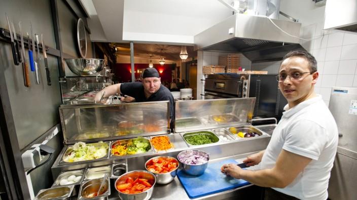 """Restaurant """"La Piazza"""": Stefano Brogno, 42, wurde an einer Gastro-Fachschule in Posenza, Kalabrien, zum Koch und Pizzabäcker ausgebildet. Seit 1998 lebt er in Bayern."""