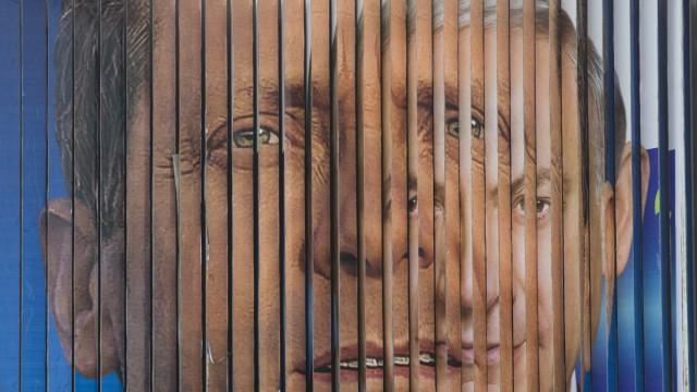 Wahl in Israel: Eine Werbetafel mit Wahlplakaten wechselt zwischen Bildern von Benjamin Netanjahu (rechts) und Isaac Herzog. Findet auch ein Wechsel des Ministerpräsidenten statt?