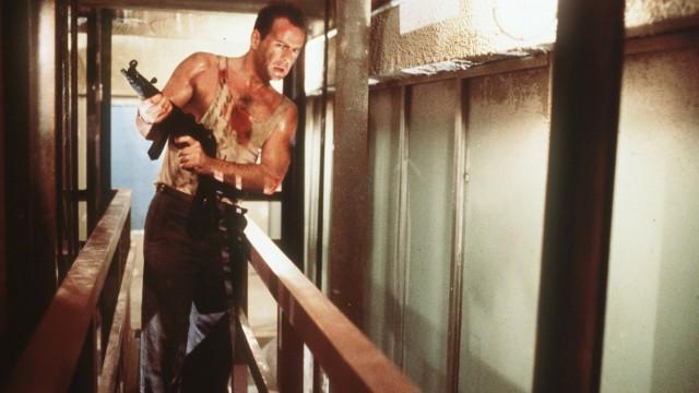 """Bruce Willis zum 60.: Mit """"Stirb langsam"""" kam 1988 der Durchbruch für Bruce Willis. Im Unterhemd."""