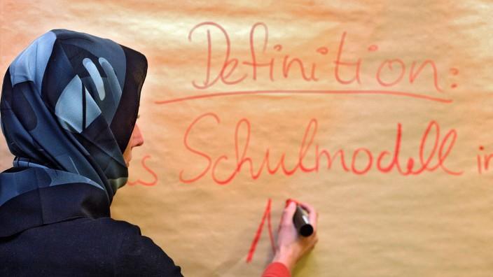 Lehrerin mit Kopftuch in einer Schule gestelltes Archivfoto Ein pauschales Kopftuchverbot fuer Le