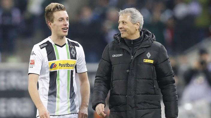 Gladbach vor dem Bayern-Spiel: Die Renaissance des Traditionsklubs Borussia Mönchengladbach hängt vor allem mit ihm zusammen: Trainer Lucien Favre mit seinem Spieler Patrick Herrmann.