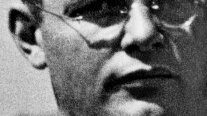 """""""Dietrich Bonhoeffer"""": Charles Marsh: Dietrich Bonhoeffer. Der verklärte Fremde. Gütersloher Verlagshaus, 2015. 592 Seiten, 29,99 Euro."""
