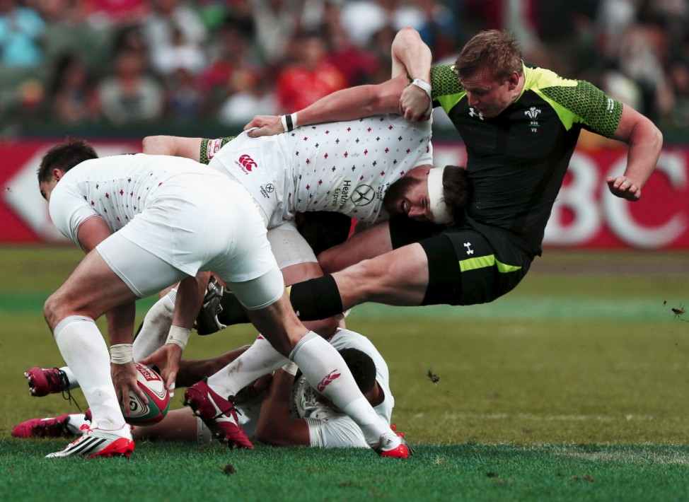England's Phil Burgess pushes away Wales' Jevon Groves during the Hong Kong Sevens rugby tournament; Bilder des Tages