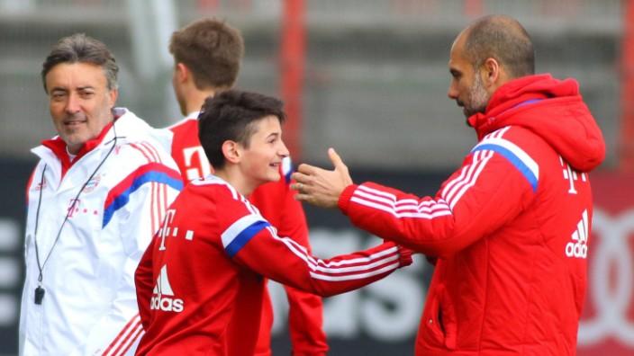 Toni Trograncic FC Bayern U15 trainiert mit der Profimannschaft mit Hier klatscht er sich ab mit; Toni Trograncic FC Bayern