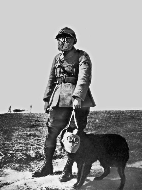 Französischer Soldat und Hund mit Gasmasken, 1917