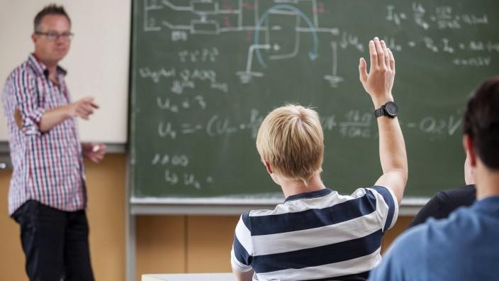 Vocational school students in classroom with teacher at blackboard model released Symbolfoto propert