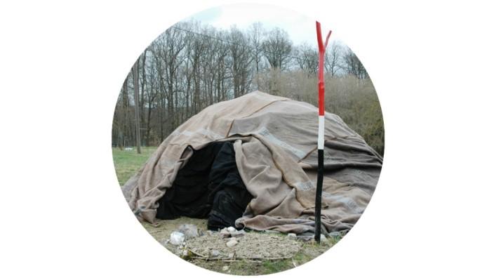 Besuch in der Schwitzhütte: Die Schwitzhütte erinnert mit ihrer Form an ein Iglu. Dank der Bundeswehrdecken wird es auch schön dunkel.