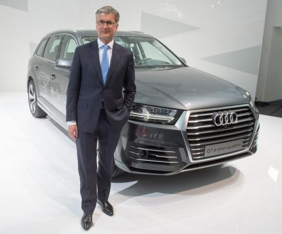 Rupert Stadler mit dem Audi Q7 e-tron