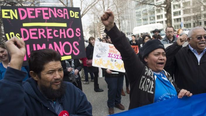 TTIP: Unternehmen gegen Staat: Demonstranten protestieren vor der Weltbank in Washington gegen die Klage eines Rohstoffkonzerns gegen El Salvador.