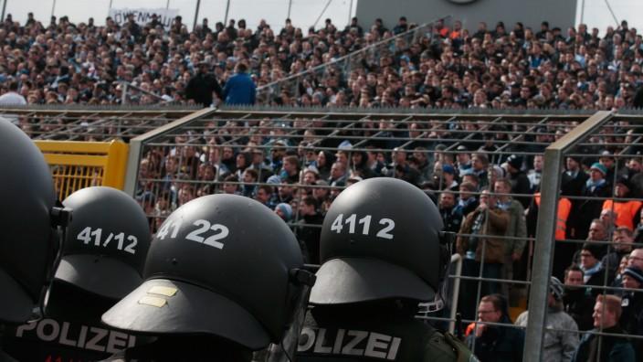 Diskussion um Gewalt von Fußballfans vor dem kleinen Derby im Grünwalder Stadion