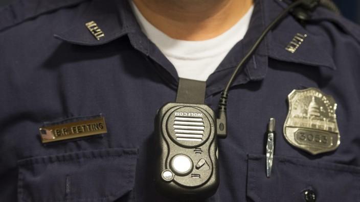 Polizist mit Körperkamera