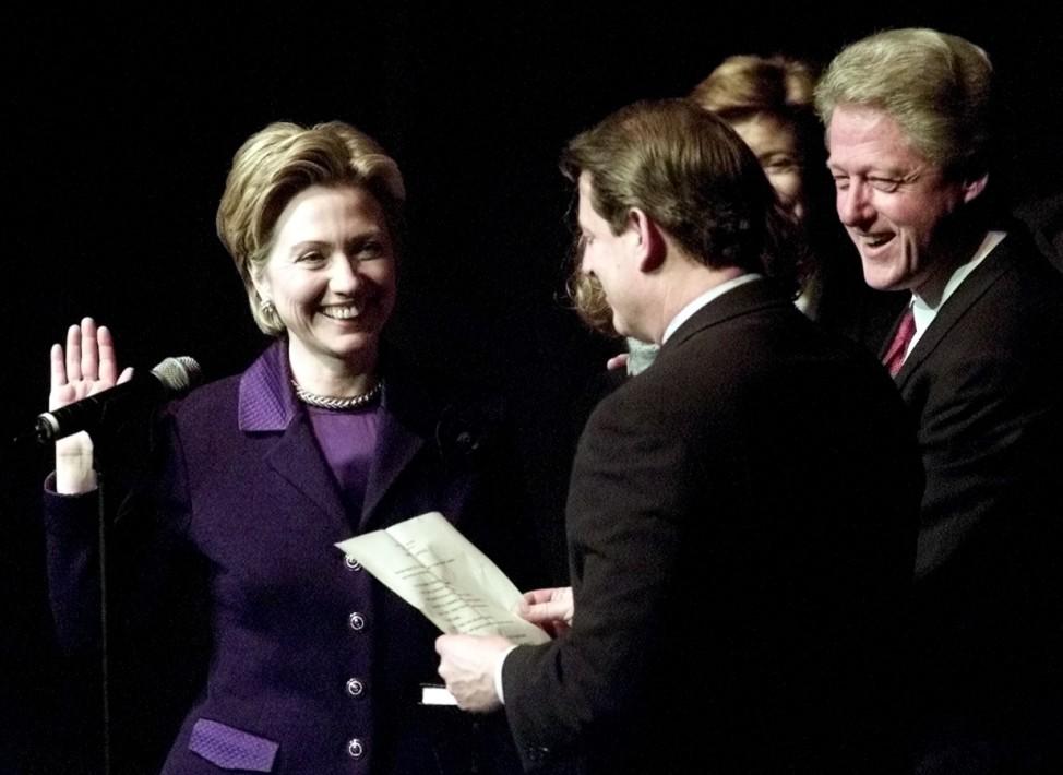 Hillary Clinton bei ihrer Vereidigung als Senatorin mit Al Gore und Bill Clinton