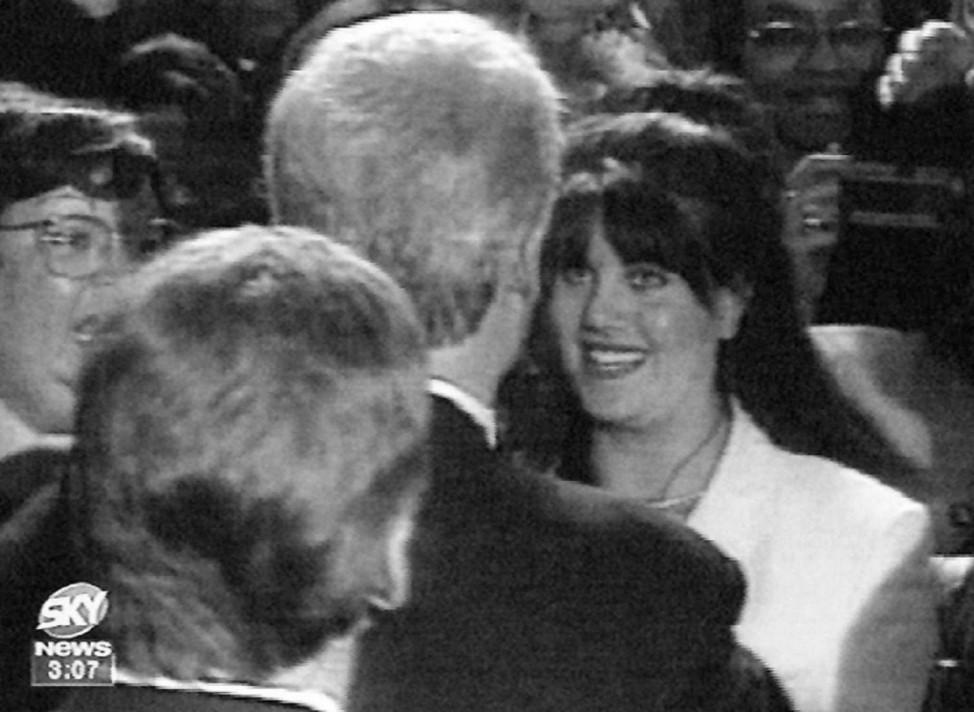 Monica Lewinsky lächelt Bill Clinton bei einem offiziellen Termin an