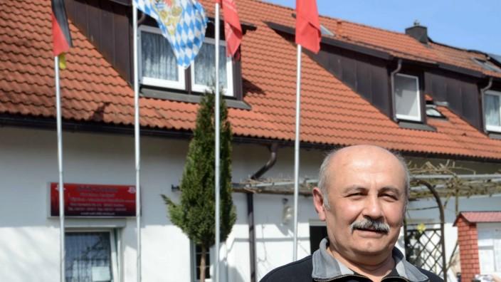 Muslime im Landkreis: Mustafa Denel möchte Hausaufgabenbetreuung und Sprachkurse anbieten.