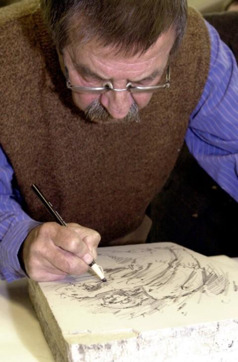 Günter Grass zeichnet auf einem Druckstein, 2002
