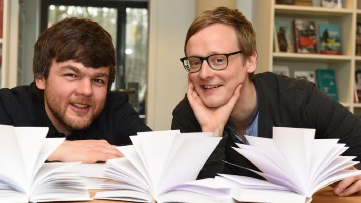 """Serie """"Buch oder Byte"""": Bei ihrem Einstieg ließen sie die Branche aufhorchen: die Hanser-Lektoren Martin Kordić (links) und Florian Kessler."""