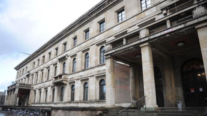 Die Musikhochschule München hat einen hochrangigen Mitarbeiter suspendiert.