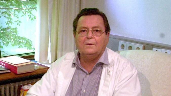 Prof. Dr. Armin Klümper (Deutschland) an seinem Schreibtisch