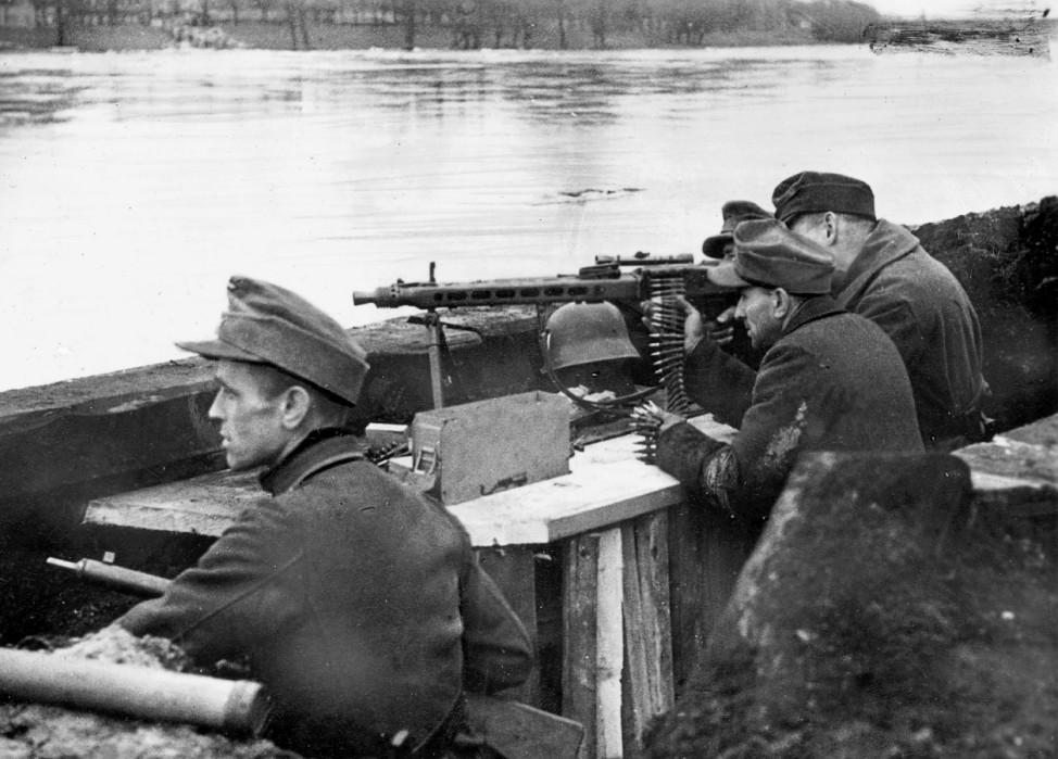 Mitglied des Volksturms in Stellung an der Oder, 1945; Ostfront WW2