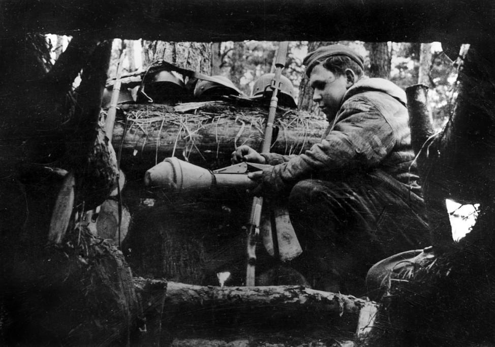 Deutscher Soldat in einem Unterstand an der Oder, 1945; Ostfront WW2
