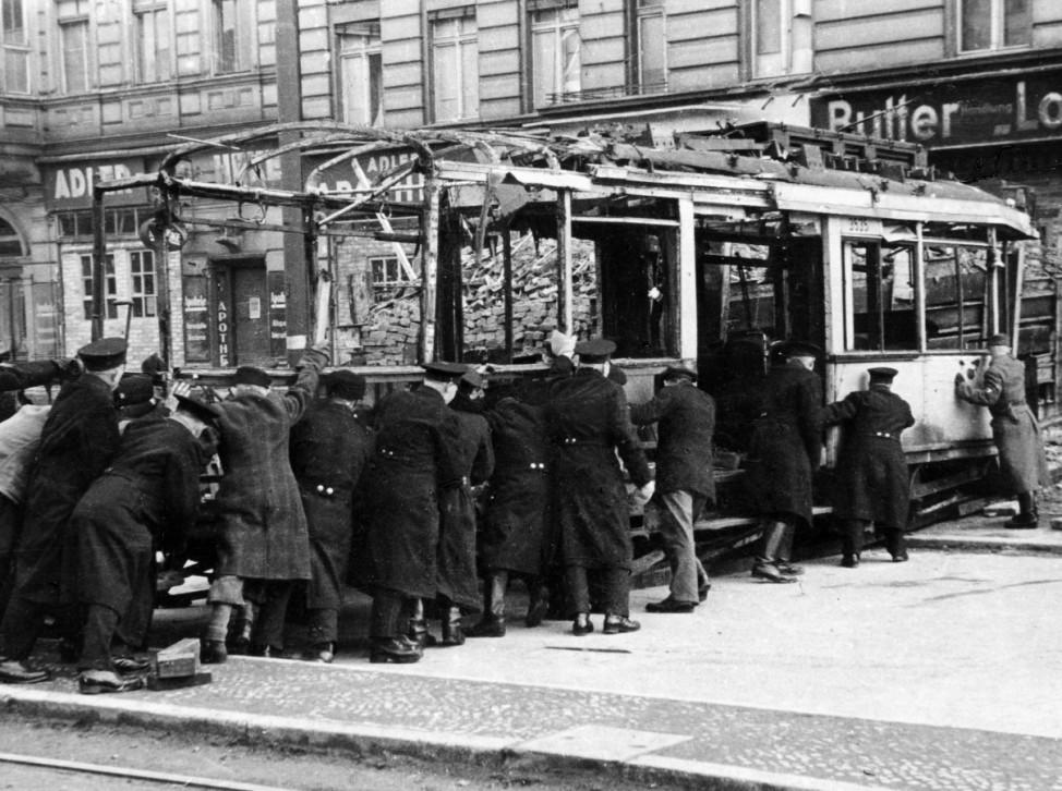 AngehËÜrige des Volkssturmes errichten Blockaden in Berlin, 1945; Ostfront WW2