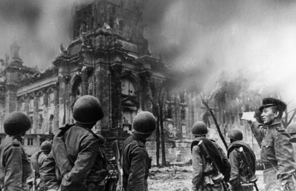 Russische Soldaten vor dem Reichstag, 1945; Ostfront WW2