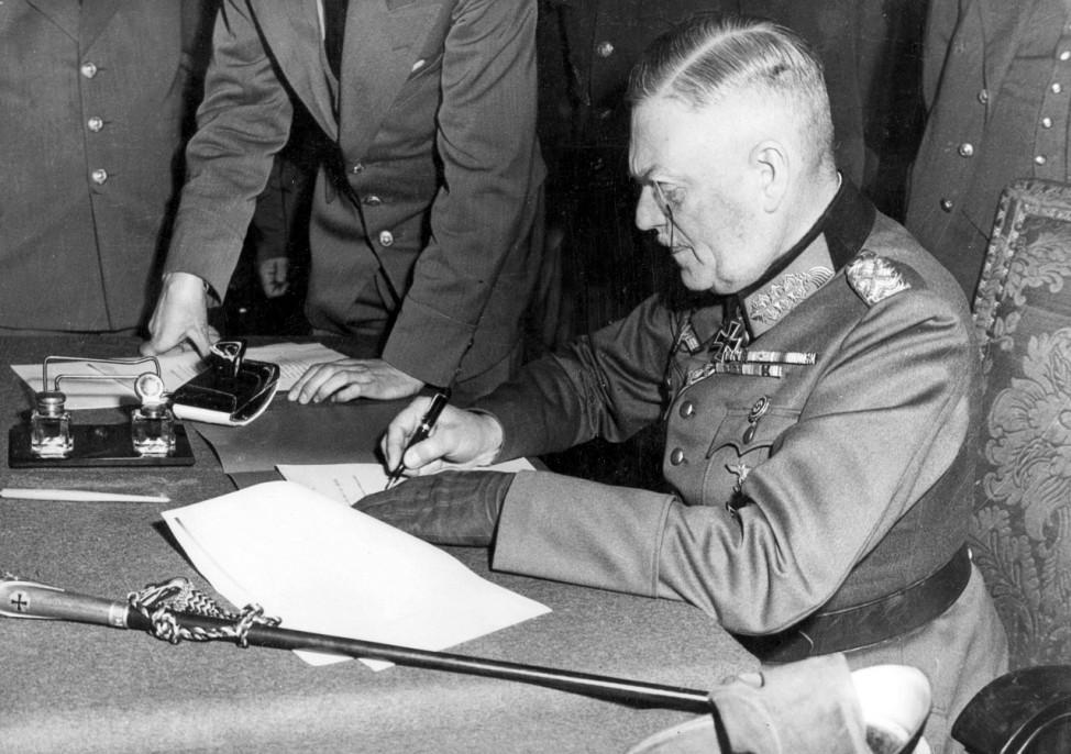 Wilhelm Keitel unterzeichnet die Kapitulation der Wehrmacht; Ostfront WW2