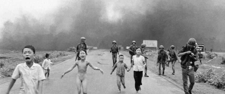 Krieg in Vietnam - Kinder flüchten nach Napalm Angriff