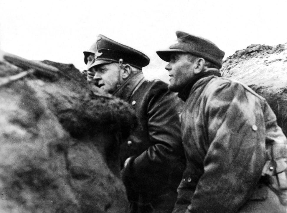 Joachim von Ribbentrop bei Truppenbesuch an der Oder, 1945