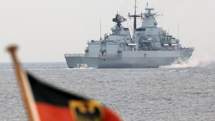 Kriegsschiffe laufen zu Marine-Manöver in der Ostsee aus
