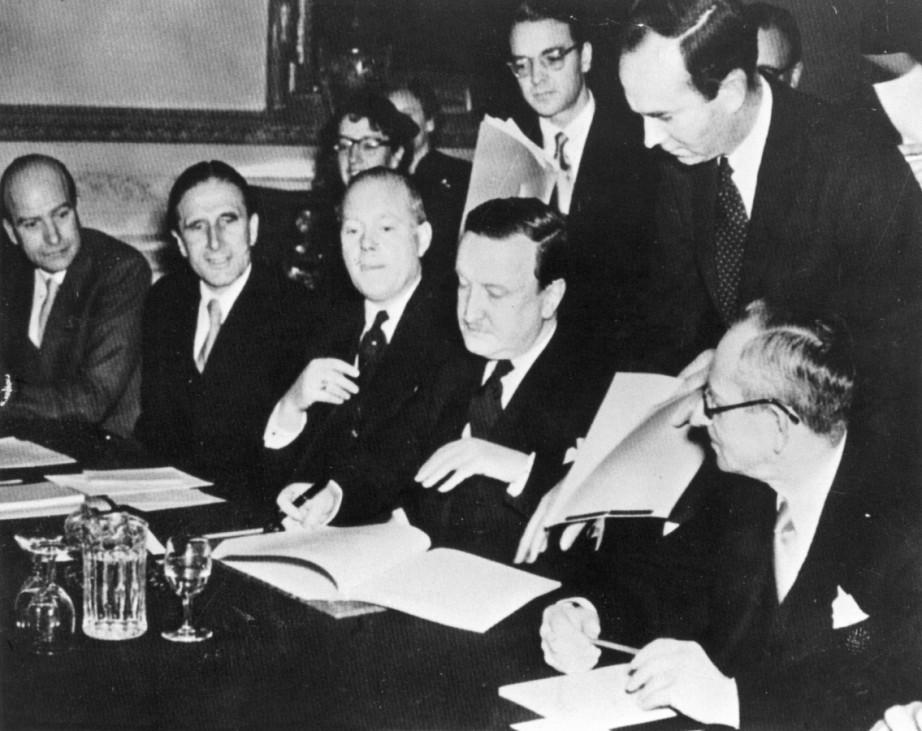 Hermann Abs unterzeichnet das Schuldenabkommen in London, 1953